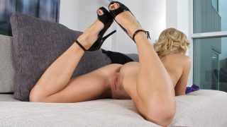 Strip Tease xxx Watch Lovely Blonde Babe Niki Lee Young Fingers Shaved Cunt