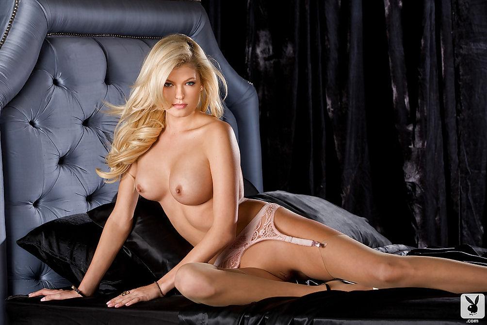Kristen Hinton  nackt